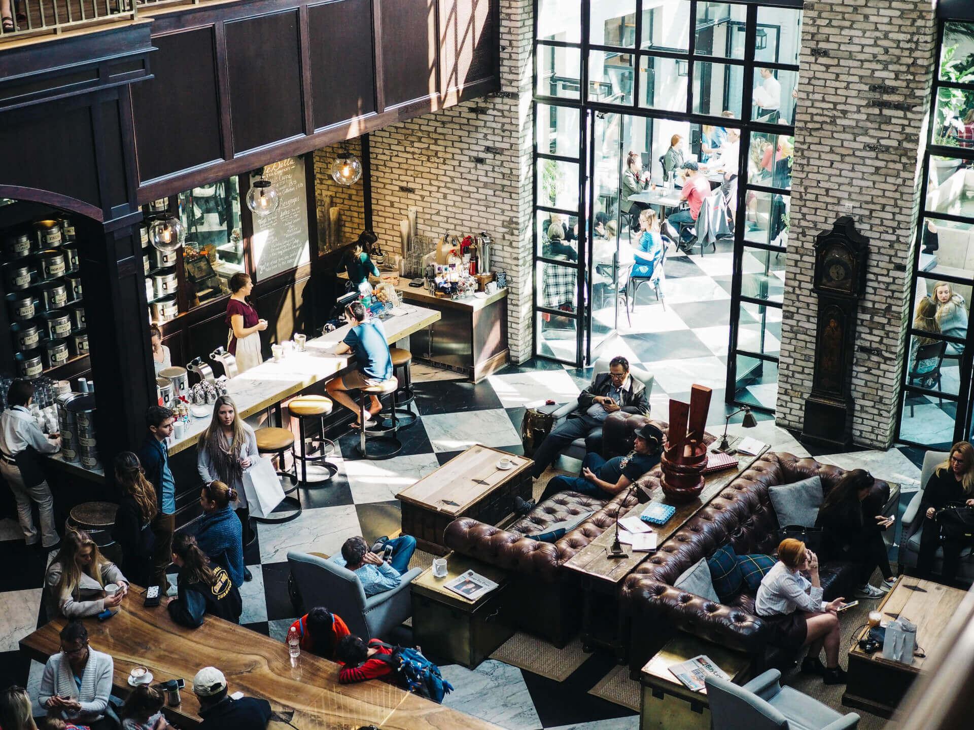 To przestrzenie wspólne tworzą akademiki. Przyciągające studentów, prowokują interakcje międzyludzkie i kształtują lokalne wspólnoty
